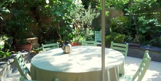 Les hôtes partis, la quiétude du jardin