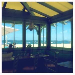 """Sommerlicher Blick vom Restaurant """"club plage pereire"""" auf den Strand von Arcachon"""